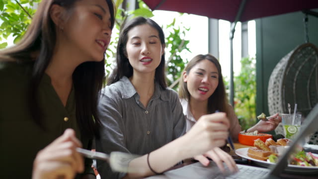 modern asian women working from restaurant on laptop - lunch stock videos & royalty-free footage