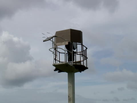 stockvideo's en b-roll-footage met modern automated solar powered lighthouse, push - flitspaal