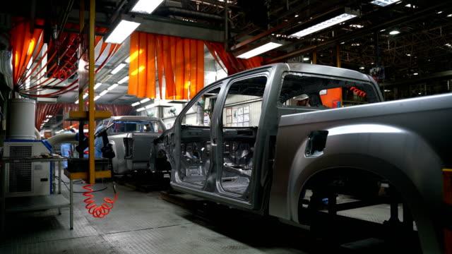 modern bil produktionslinje, automatiserad produktionsutrustning. - bilindustri bildbanksvideor och videomaterial från bakom kulisserna
