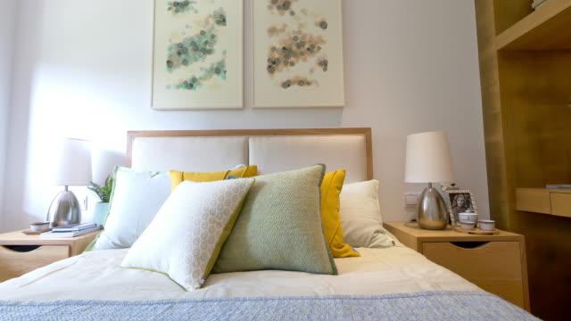 moderne schlafzimmer interior 4 k - kopfkissen stock-videos und b-roll-filmmaterial