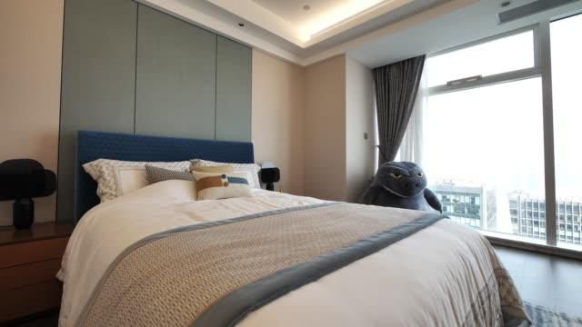 vídeos y material grabado en eventos de stock de modern bedroom - dormitorio habitación