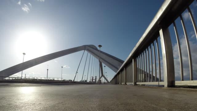 vídeos de stock e filmes b-roll de modern bridge time lapse - ponte com armação cantilever