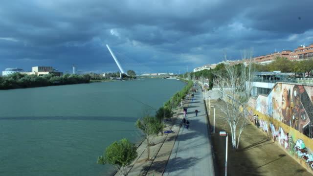 vídeos de stock e filmes b-roll de modern bridge time lapse with river - ponte com armação cantilever