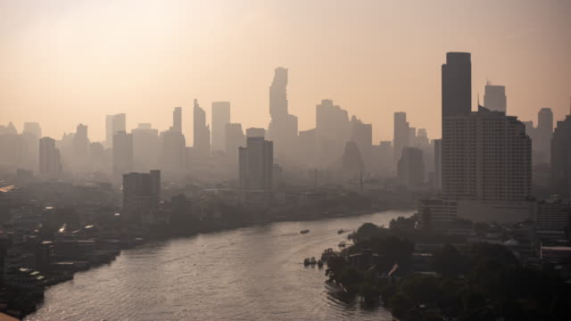 vídeos de stock, filmes e b-roll de edifício moderno e rio de chao phraya no distrito do negócio na cidade de banguecoque - bangkok