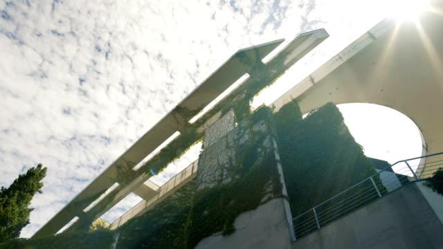 vídeos de stock e filmes b-roll de modern building covered in vines in berlin - cityscape