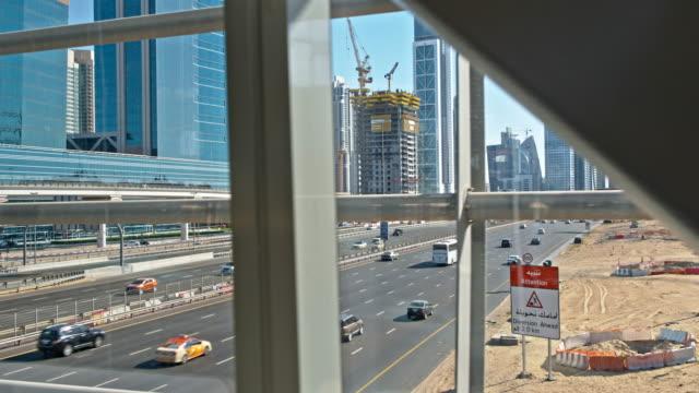 vídeos de stock, filmes e b-roll de ds edifícios modernos ao longo do dubai's highway - raw footage