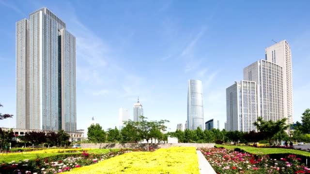 vídeos de stock, filmes e b-roll de prédios modernos e o horizonte urbano de tianjing, hyper lapse - praça