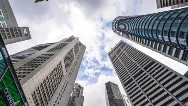 edifícios modernos no centro da cidade moderna. lapso de tempo