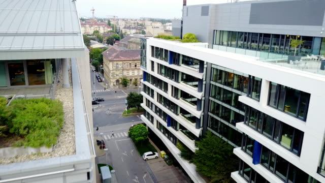 vidéos et rushes de bâtiments modernes dans le centre-ville - budapest