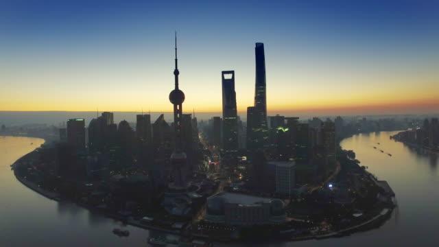 近代的な建物付近の夜明けで有名な東洋の真珠タワー。 - ローカルな名所点の映像素材/bロール