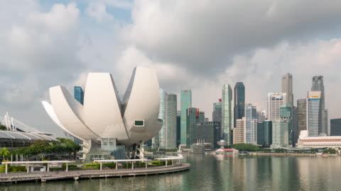 vidéos et rushes de modern buildings on marina bay with blue sky, singapour, time lapse vidéo - singapour