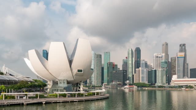 moderne gebäude auf marina bay mit blauem himmel, singapur, time lapse video - republik singapur stock-videos und b-roll-filmmaterial