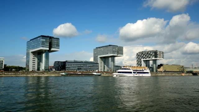 Moderne Gebäude mit Rhein