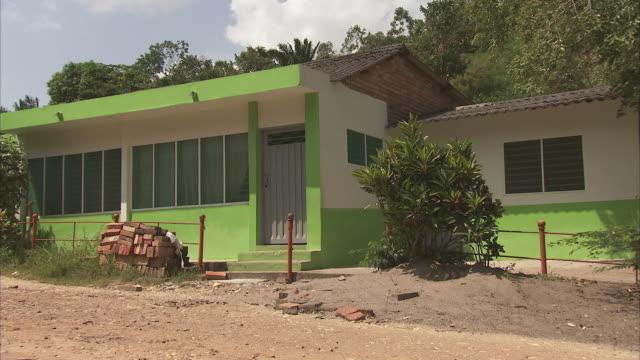 vídeos de stock e filmes b-roll de zi modern bungalow painted white and avocado green / bogota, colombia - cena não urbana