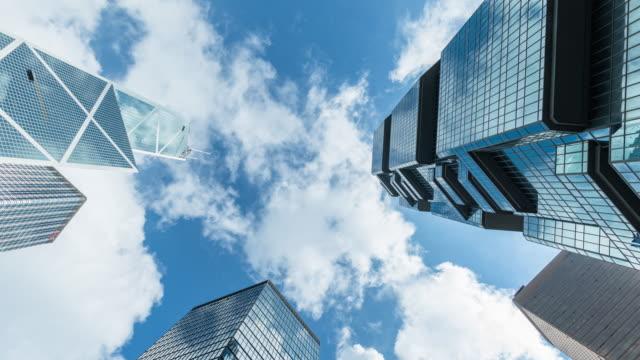 vídeos y material grabado en eventos de stock de edificios del negocio moderno con cielo azul. - inversión