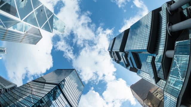 Moderne Business-Gebäude mit blauem Himmel.