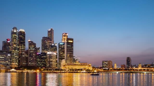 vídeos de stock, filmes e b-roll de distrito de negócio moderno no louro do porto, singapore, dia à noite vídeo do lapso de tempo - dia