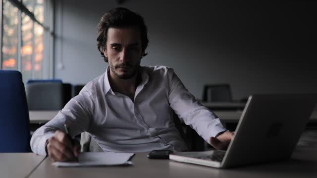 moderner geschäftsmann im büro - dokument stock-videos und b-roll-filmmaterial