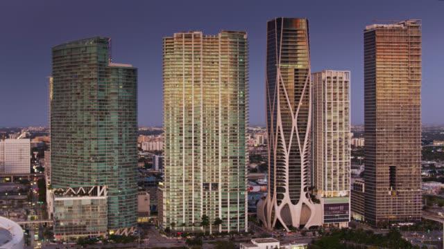 vídeos y material grabado en eventos de stock de modern condo towers on biscayne blvd, downtown miami at sunrise - drone shot - bahía de biscayne