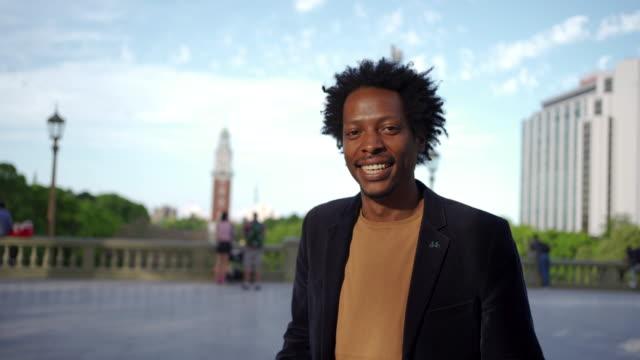 modern, självsäker ung afro-amerikansk man - män i 30 årsåldern bildbanksvideor och videomaterial från bakom kulisserna