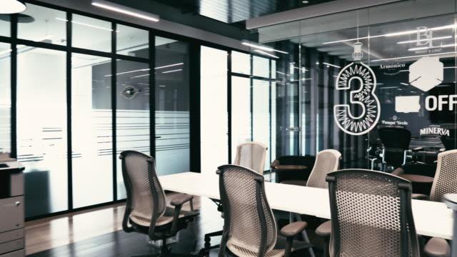 vídeos de stock, filmes e b-roll de escritório de coworking moderno com quarto de placa e corredores - coworking space
