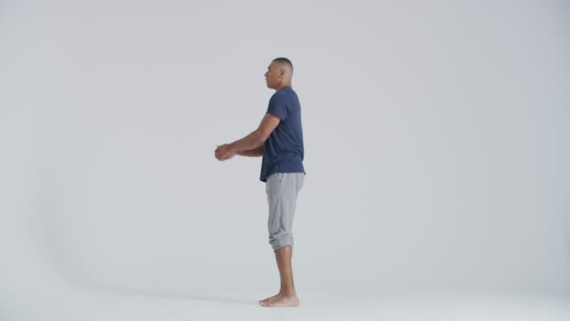 vidéos et rushes de modern dancer dancing in studio, jumping and flipping backwards - souplesse