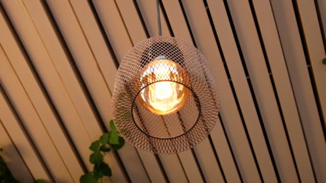 vídeos de stock e filmes b-roll de modern decorative lighting cafe, 4k resolution. - teto