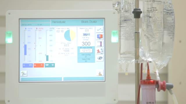 moderne dialysemaschinen, die die blutreinigung in der dialyseabteilung machen. - niere stock-videos und b-roll-filmmaterial