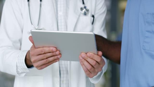 vidéos et rushes de les médecins modernes ont besoin de leur technologie moderne - infirmier