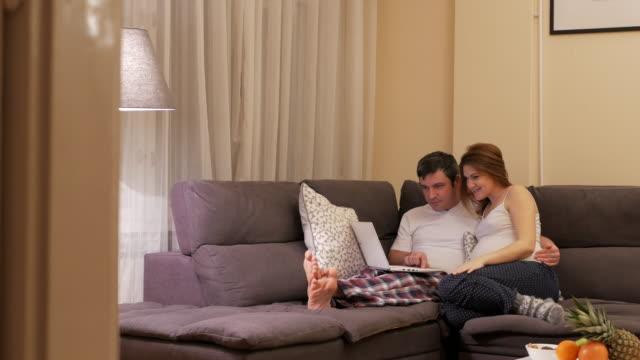 Eastern European couple moderne à la maison, la femme enceinte et son mari à passer du temps ensemble