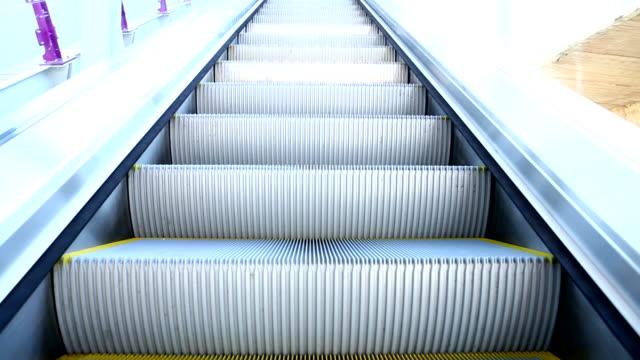 vídeos de stock e filmes b-roll de modern escada rolante em movimento mover para cima - escada rolante
