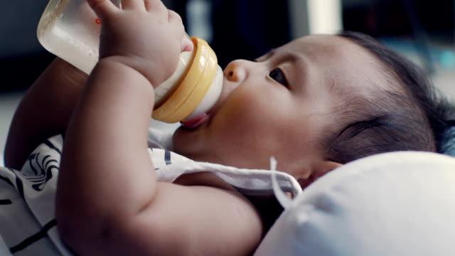 vídeos de stock, filmes e b-roll de famílias modernas - só um bebê menino