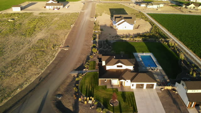 modern farm style hem på landsbygden underavdelning flygvyer 4k video series - western usa bildbanksvideor och videomaterial från bakom kulisserna