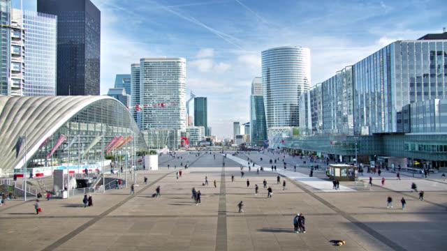 stockvideo's en b-roll-footage met modern futuristisch breed vierkant in parijs. mensen lopen. kantoren, corporaties, winkelcentra - stadsdeel