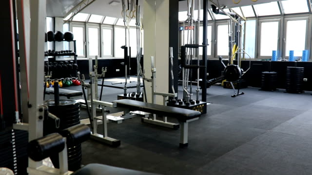 vídeos de stock, filmes e b-roll de moderna academia de ginástica - equipamento esportivo
