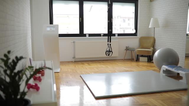 moderner fitnessraum ohne menschen - wohnraum stock-videos und b-roll-filmmaterial