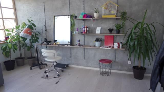 vidéos et rushes de studio de coiffure moderne - coiffeur
