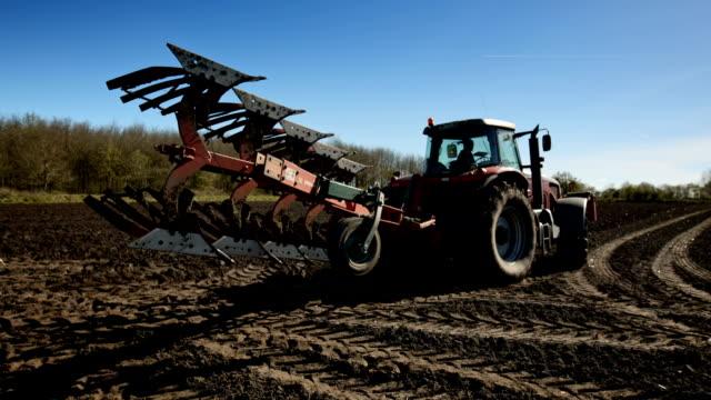 A modern heavy plow plowing a field in northern Friesland.