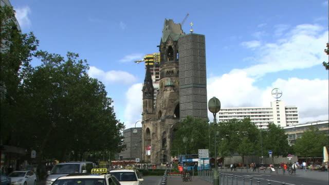 vídeos y material grabado en eventos de stock de modern high rises flank the memorial church in berlin. - iglesia conmemorativa del emperador guillermo