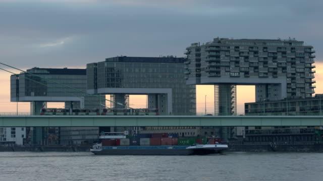 vidéos et rushes de modern high-rise buildings at rheinauhafen district - ligne de tramway