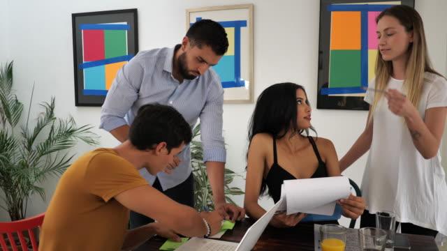 moderna latinamerikanska affärsmän i ämbetet arbetar tillsammans - latin american and hispanic ethnicity bildbanksvideor och videomaterial från bakom kulisserna
