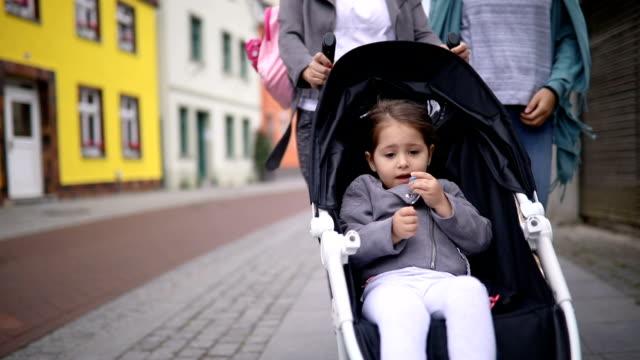vidéos et rushes de couple de lesbiennes moderne et leur fils adoptif - 2 3 ans