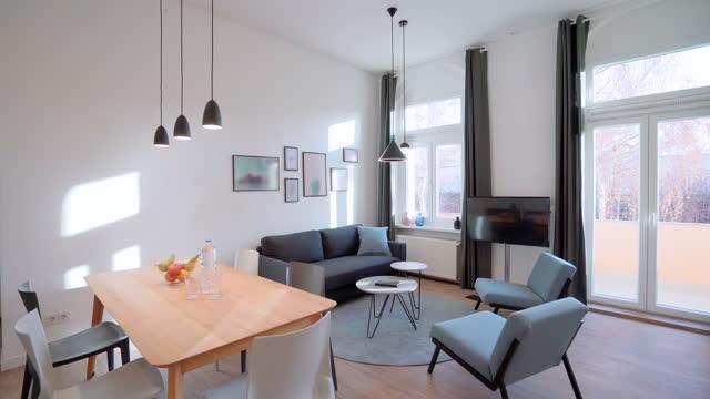 vídeos de stock, filmes e b-roll de sala de estar moderna com mesa de jantar e área de sofá - sala de estar