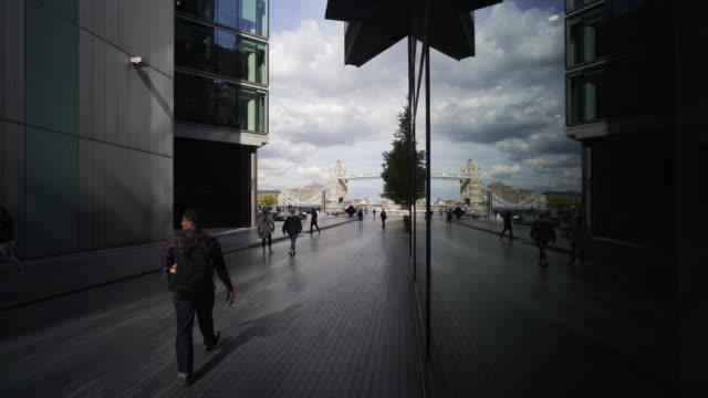 vidéos et rushes de modern london. - voie pédestre