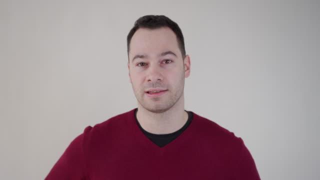 彼のyoutubeの聴衆のためにqとaのブログをやっている現代の男性フリーランサー - インタビュー点の映像素材/bロール