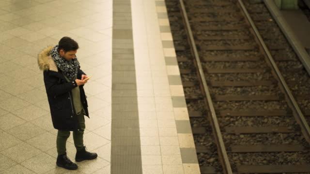 vídeos de stock, filmes e b-roll de homem moderno, esperando o trem na estação de metrô - neckwear