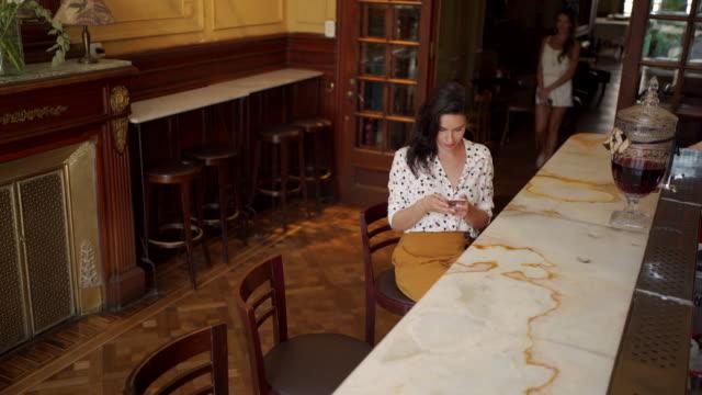 stockvideo's en b-roll-footage met moderne volwassen vrouwen met behulp van mobiele telefoon - internet surfen