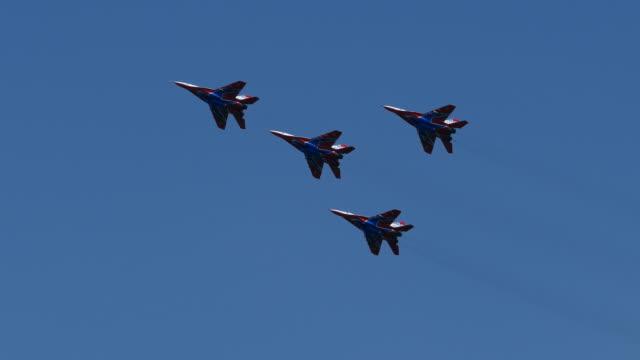 vídeos y material grabado en eventos de stock de jets militares modernos en el cielo - avión de caza