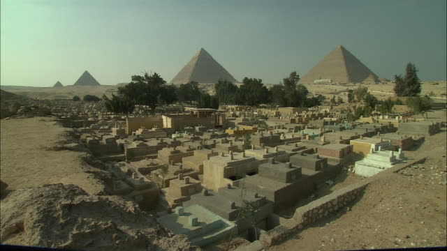 WS, Modern Muslim cemetery by Great Pyramid, Giza Plateau / Giza, Egypt