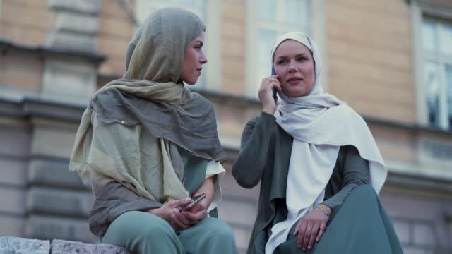 vídeos de stock, filmes e b-roll de mulher muçulmana moderna toma selfie - vestuário modesto